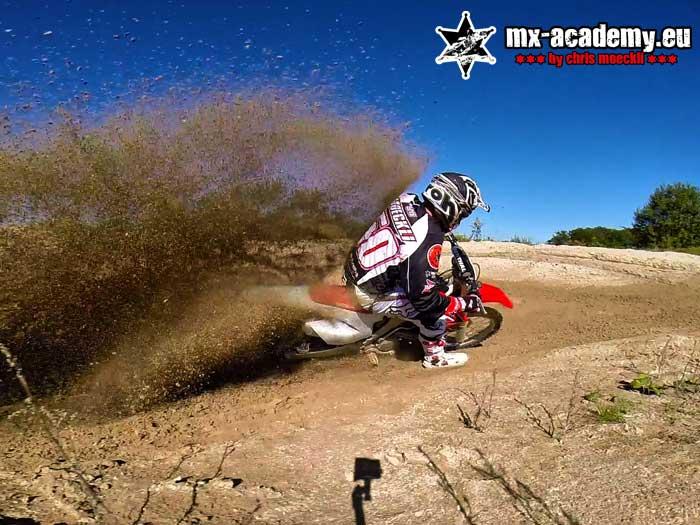 Motocross fahren lernen mit Chris Moeckli - Chris Moeckli zeigt vor