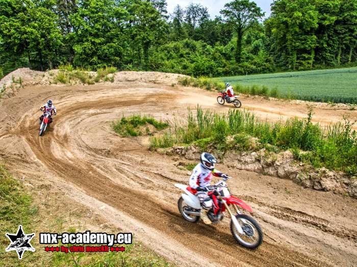 Motocross fahren in der MX-Academy